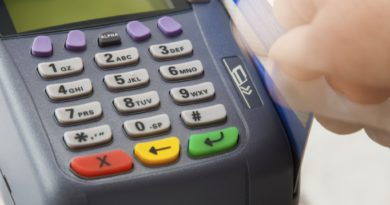 El Gobierno presiona para que monotributistas y comercios acepten pagos con tarjetas de débito