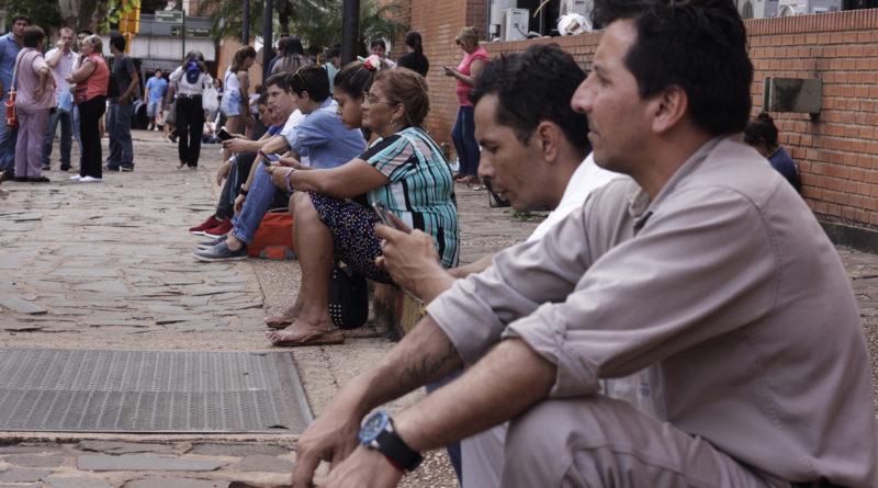 A pesar del calor, los empleados municipales permanecen en las inmediaciones haciendo visible la protesta