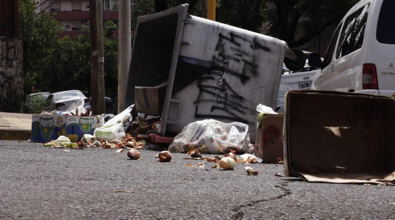 Contenedores volcados y basura en las calles cortan el tránsito en inmediaciones del edificio municipal y el Concejo Deliberante