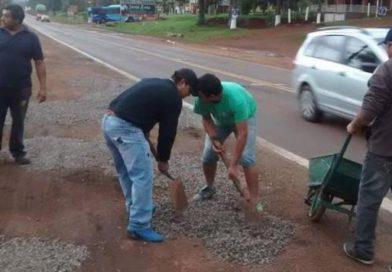 Los chiperos de Santa Ana se encargan de arreglar las banquinas que no repara Vialidad