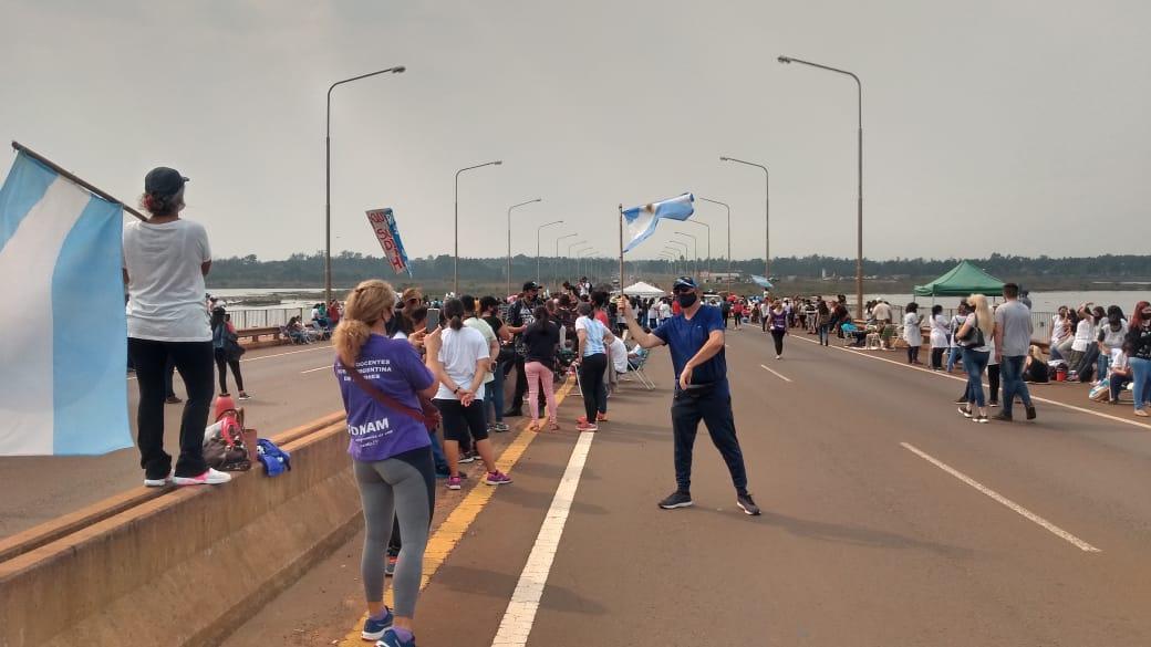 Docentes cortan el puente Garupá por reclamos salariales