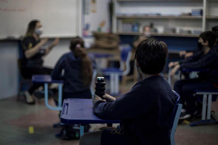 Alumnos del último año vuelven a clases presenciales en Paraguay