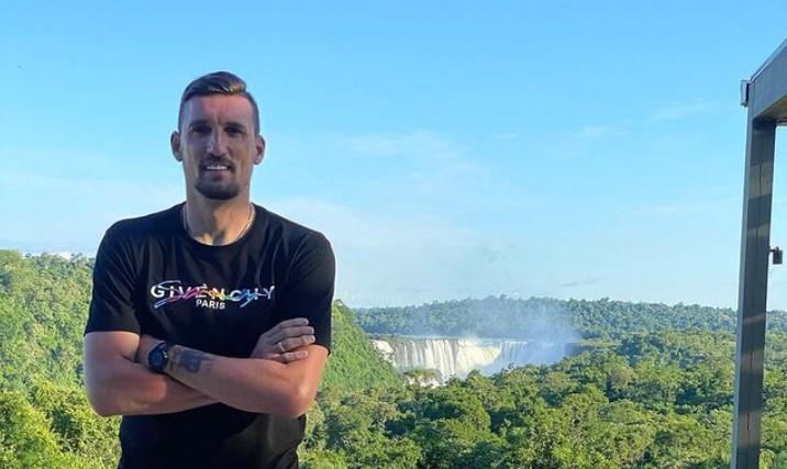 Franco Armani, arquero de la Selección y de River vacaciona en Iguazú