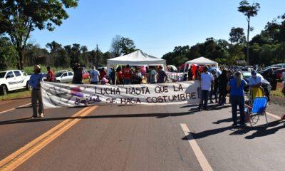 Docentes cortan la ruta 12 en Puerto Esperanza y se reunirán en asamblea
