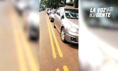 Posadas: graban una fila de autos estacionados sobre la ciclovía de Tacuarí